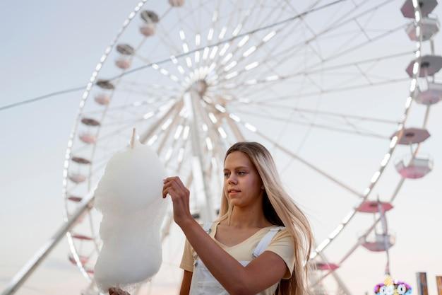 Niski kąt dziewczyna trzyma watę cukrową