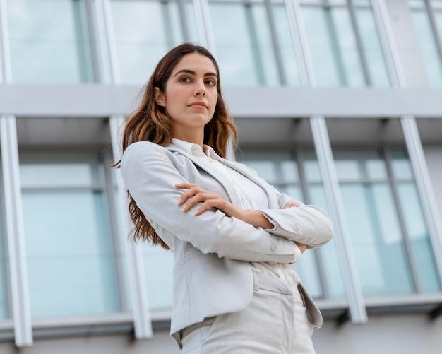 Niski kąt eleganckiej bizneswoman w mieście
