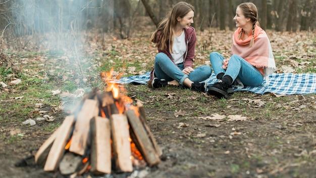 Niski kąt kobieta camping