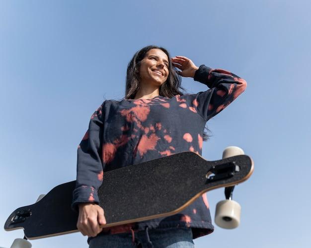 Niski kąt kobieta longboard