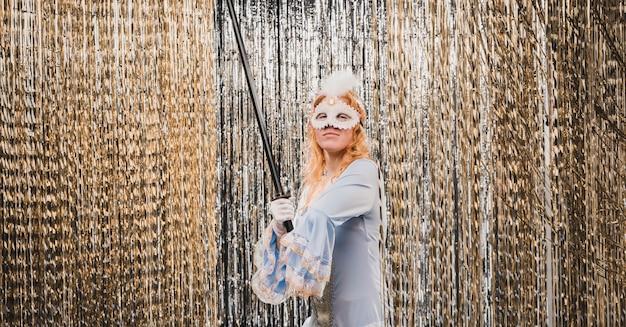 Niski kąt kostiumowa kobieta na imprezę karnawałową