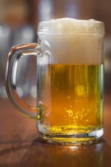 Niski kąt kufel z piwem na stole