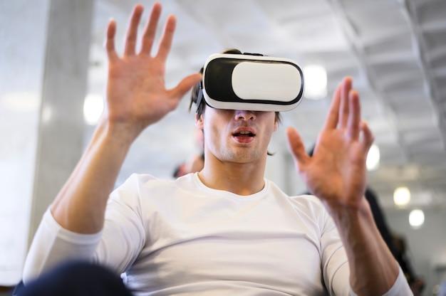 Niski kąt mężczyzna próbuje wirtualnego symulatora