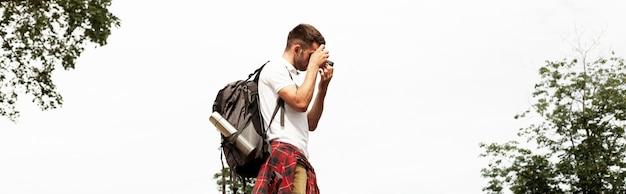 Niski kąt mężczyzna z aparatem