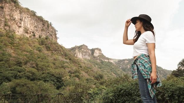 Niski kąt młodych kobiet podróżujących