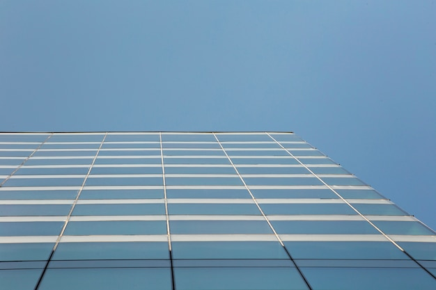 Niski kąt nowoczesny budynek ze szkła