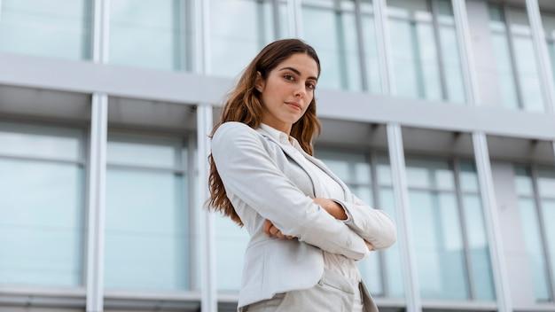Niski kąt pozuje w mieście elegancka bizneswoman