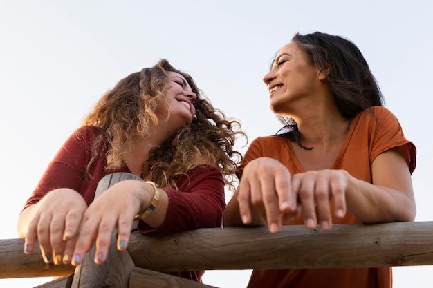 Niski kąt przyjaciół kobiet na zewnątrz
