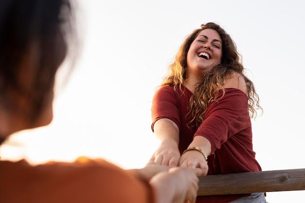 Niski kąt przyjaciół kobiet, zabawy na świeżym powietrzu