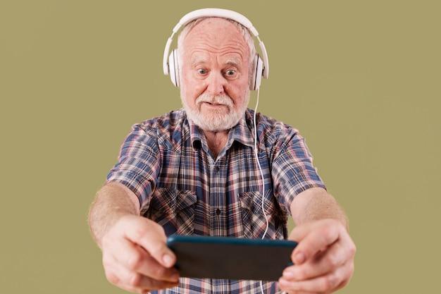 Niski kąt starszy odtwarzanie muzyki