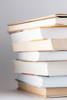 Niski kąt stos książek z okularami na górze