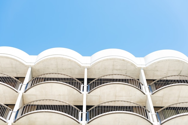 Niski kąt strzału biały budynek architektoniczny z balkonami