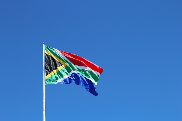 Niski kąt strzału flagi republiki południowej afryki na wietrze pod jasnym niebem
