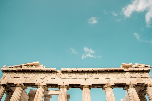 Niski kąt strzału kolumn panteonu akropolu w atenach, grecja pod niebem