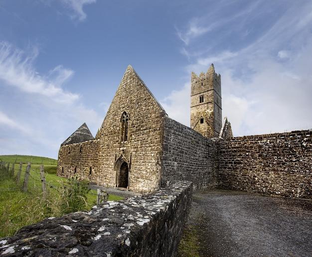 Niski kąt strzału lecarrow klasztoru rosserk w irlandii