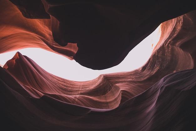 Niski kąt strzału niesamowitych formacji piaskowca w slot canyon w stanie utah