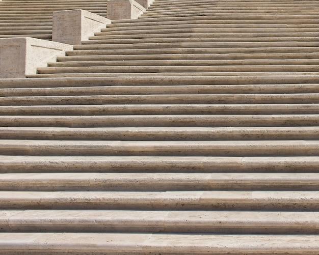 Niski kąt strzału piękne i stare schody wykonane z kamienia