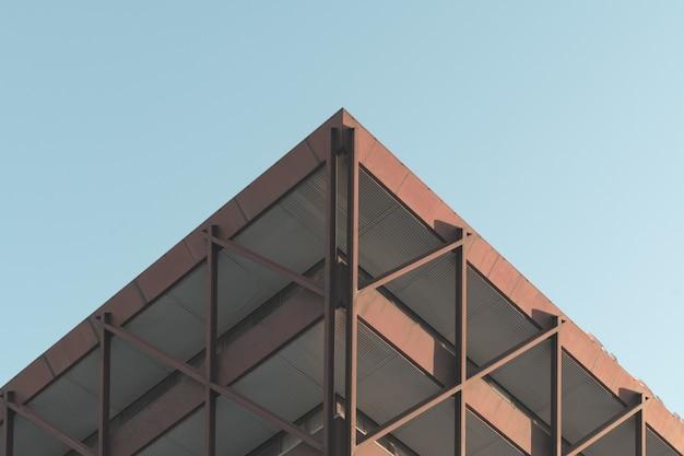 Niski kąt strzału piękny nowoczesny budynek w środku miasta pod czystym niebem