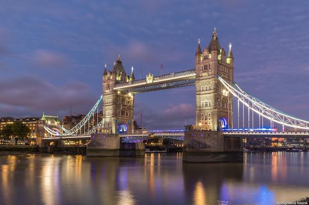 Niski kąt strzału słynnego zabytkowego mostu tower bridge w londynie w godzinach wieczornych