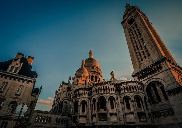 Niski kąt strzału słynnej bazyliki najświętszego serca w paryżu w paryżu, francja