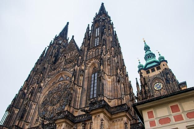 Niski kąt strzału słynnej katedry metropolitalnej świętych wita w pradze, republika czeska