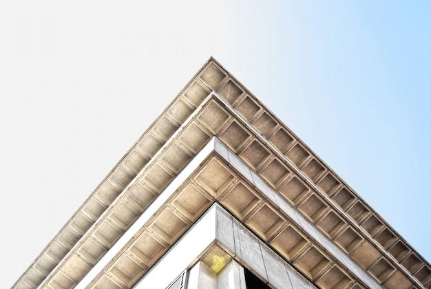 Niski kąt strzału starego budynku biblioteki rogu w birmingham, anglia