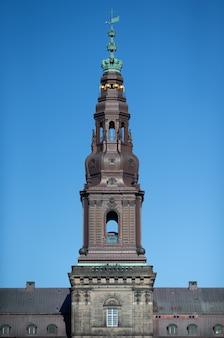 Niski kąt strzału wieży pałacu christiansborg na czystym niebie