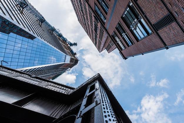 Niski kąt strzału wysokich budynków z nowoczesnymi wzorami architektury