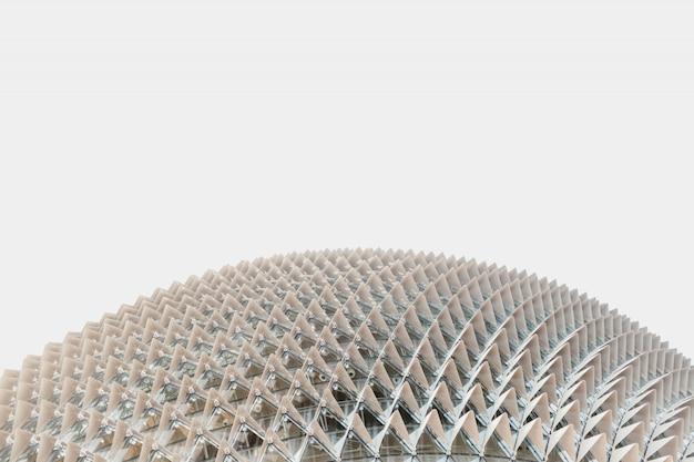 Niski kąt strzału z białego budynku w kształcie kopuły zrobione w singapurze