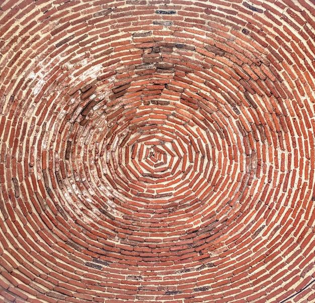 Niski kąt strzału z ceglanego sufitu kościoła st. gayane zrobione w armenii