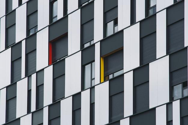 Niski kąt strzału z czarną i szklaną fasadą nowoczesnego budynku
