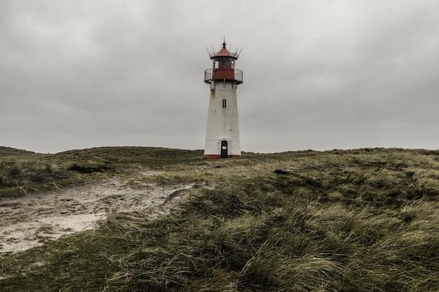 Niski kąt strzału z listy latarni morskiej na wschód w sylt, niemcy pod chmurami burzowymi