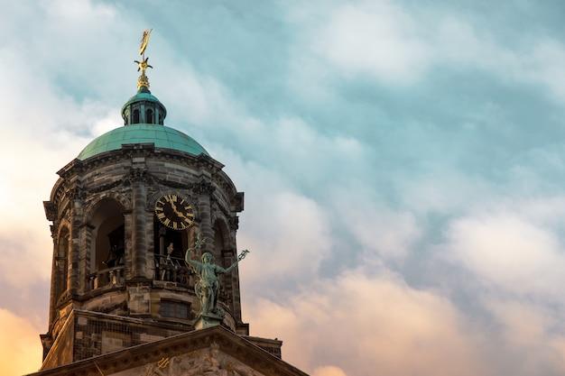 Niski kąt strzału z pałacu królewskiego na placu dam w amsterdamie, holandia