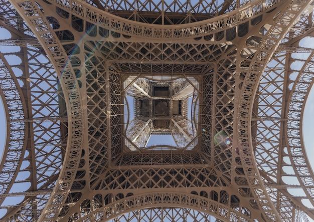 Niski kąt strzału z wieży eiffla w paryżu