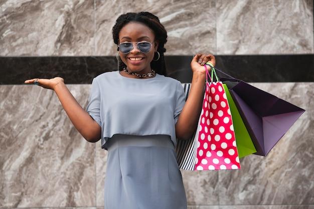 Niski kąt szczęśliwa kobieta z zakupów