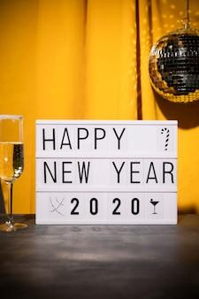 Niski kąt szczęśliwego nowego roku znak na stole