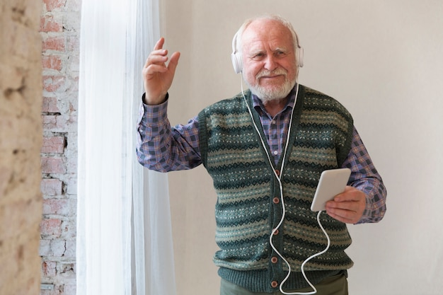 Niski kąt szczęśliwy senior żyjący muzyką