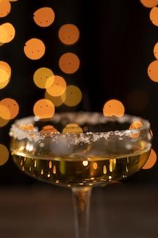 Niski kąt szklany wypełniony do połowy szampanem