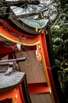 Niski kąt tradycyjnego japońskiego drewnianego dachu