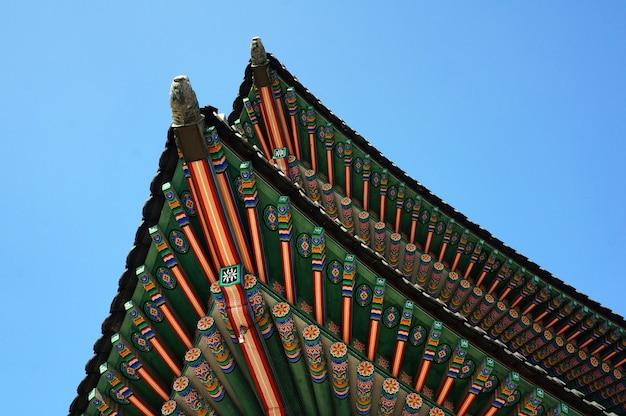 Niski kąt ujęcia detali architektonicznych tradycyjnego budynku w korei południowej
