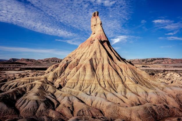 Niski kąt ujęcia hipnotyzującej formacji skalnej w arguedas w hiszpanii