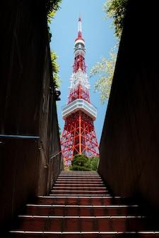 Niski kąt ujęcia hipnotyzującej wieży tokijskiej ze schodami na pierwszym planie
