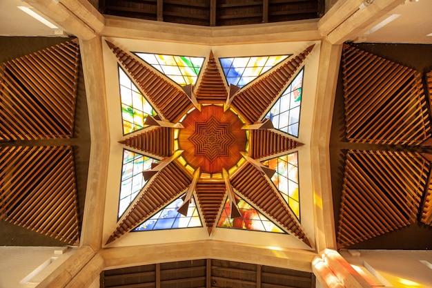 Niski kąt ujęcia nowoczesnego witrażu w katedrze w sheffield