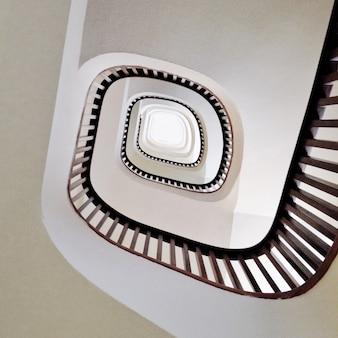 Niski kąt ujęcia nowoczesnych spiralnych schodów w kolorze białym