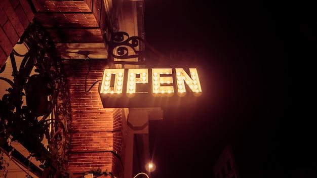 Niski kąt ujęcia otwartego znaku wykonanego ze światłami