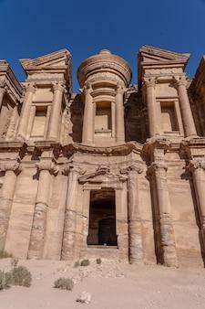 Niski kąt ujęcia petra uum w jordanii w ciągu dnia