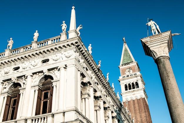 Niski kąt ujęcia pięknego i starego budynku pod błękitnym niebem na placu świętego marka