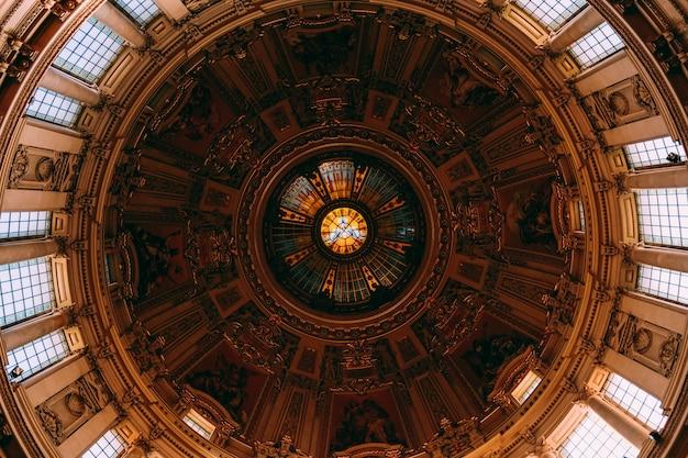 Niski kąt ujęcia pięknego obrazu i okien na suficie w starym budynku