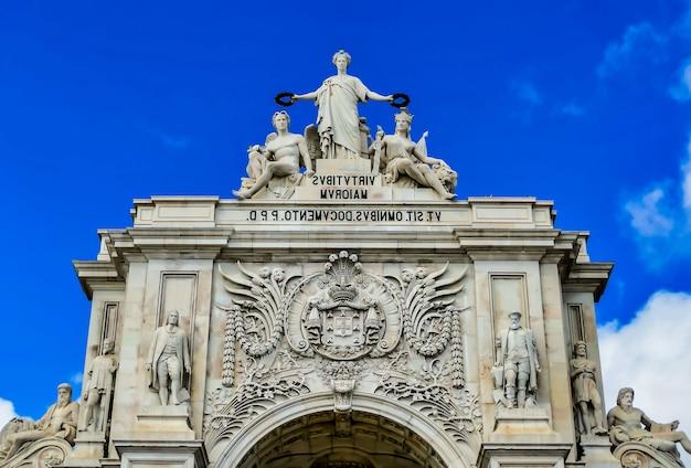 Niski kąt ujęcia pięknej praca do comercio uchwyconej pod błękitnym niebem w lizbonie w portugalii