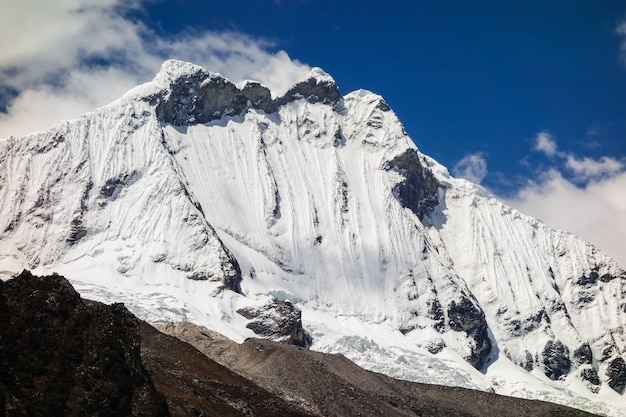 Niski kąt ujęcia pokrytych śniegiem klifów uchwyconych w słoneczny dzień